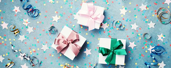 Drei geschenke mit großen Schleifen